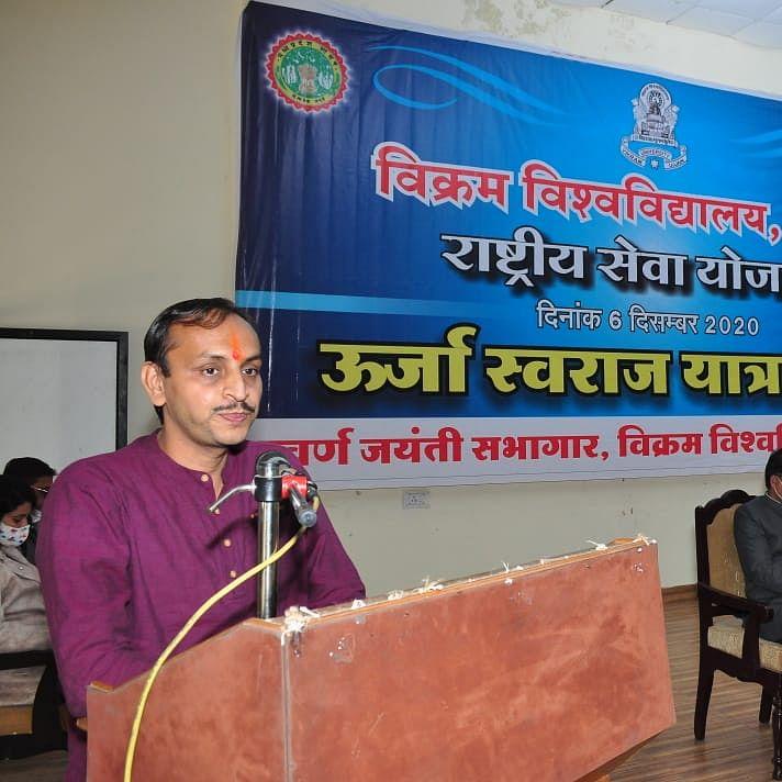 Ujjain: Professor Solanki lectures on benefits of Solar Enegry at Urja Swaraj Yatra Sabha