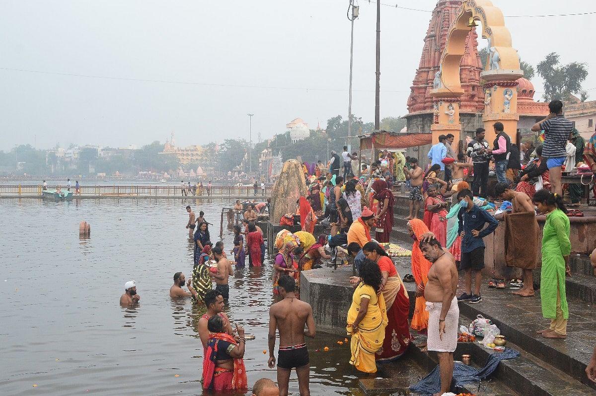 Ujjain: Hundreds of devotees take holy dip in Kshipra on Somvati Amavasya