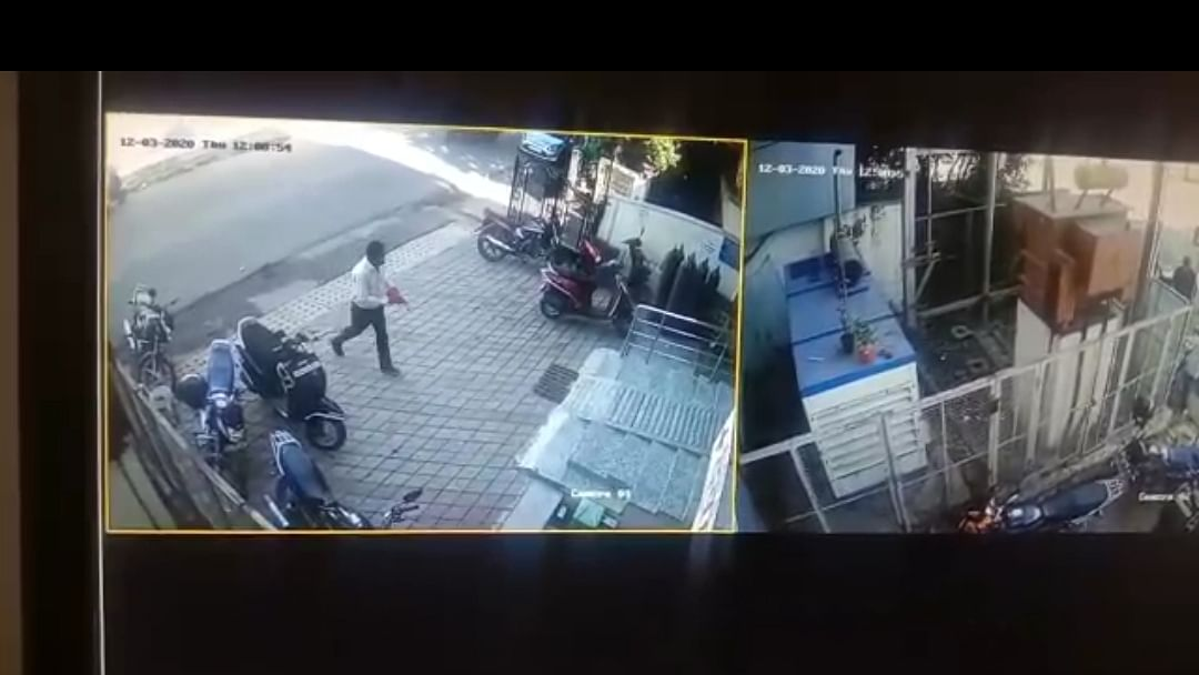Accused seen leaving with the gild chain in CCTV camera footage in Bhopal