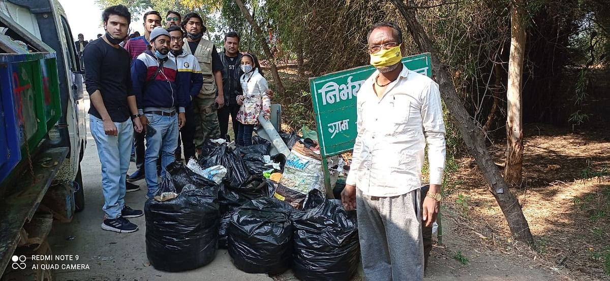 Group of volunteers with bags of garbage collected from Gulawat
