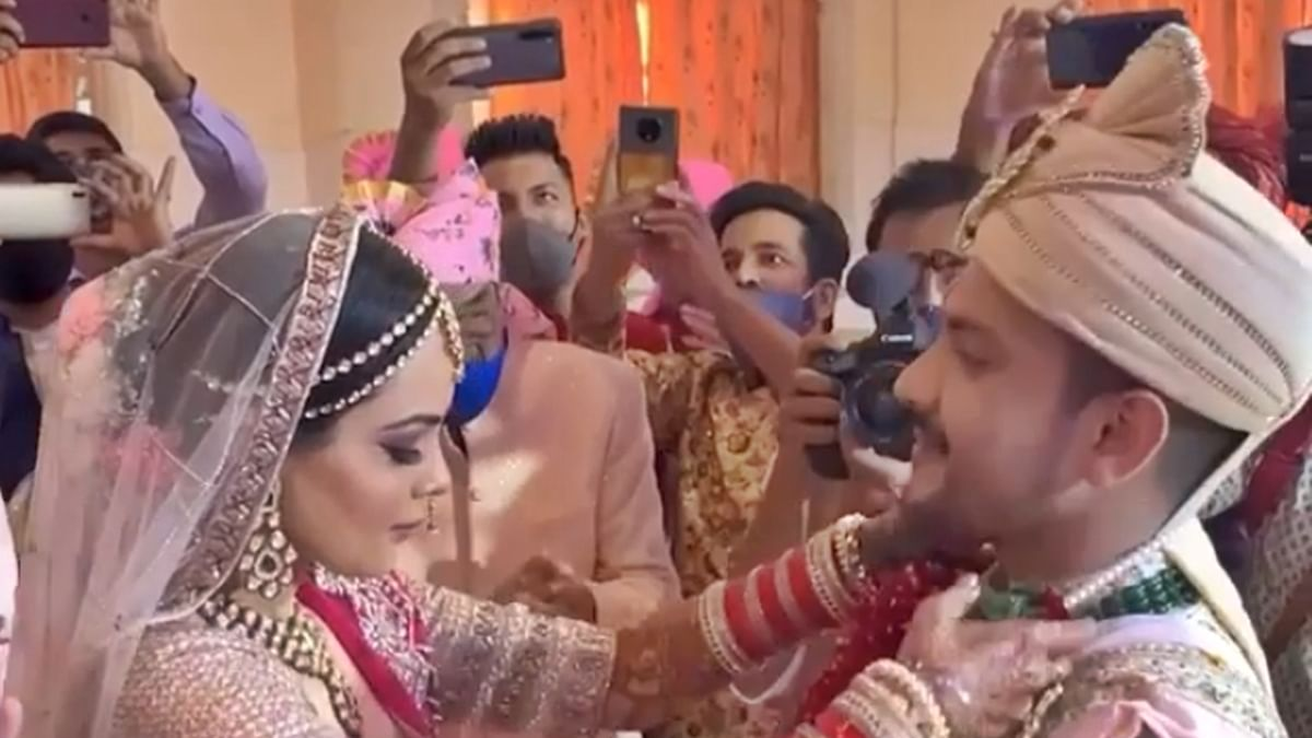 Watch: Aditya Narayan suffers wardrobe malfunction during the 'varmala' ceremony at his wedding
