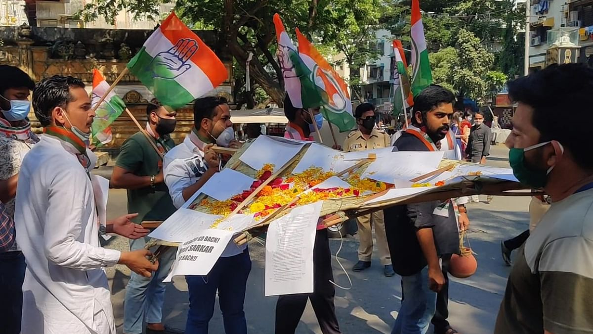 Mira Bhayandar: Youth Congress stages 'mock funeral' as protest against farm laws