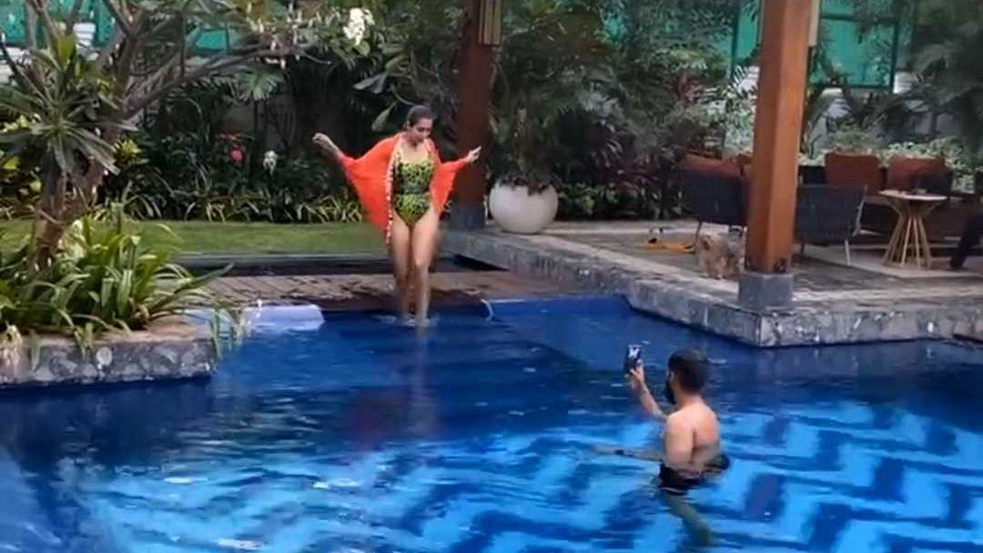 Arjun Kapoor turns 'pool photographer' for swimsuit-clad Malaika Arora