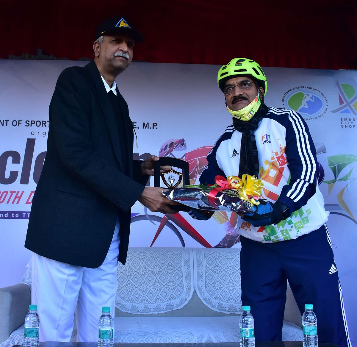 DGP Vivek Johri distributes prizes to participants of Cyclothon organised on Sunday by BMC under the 'Fit India' programme.