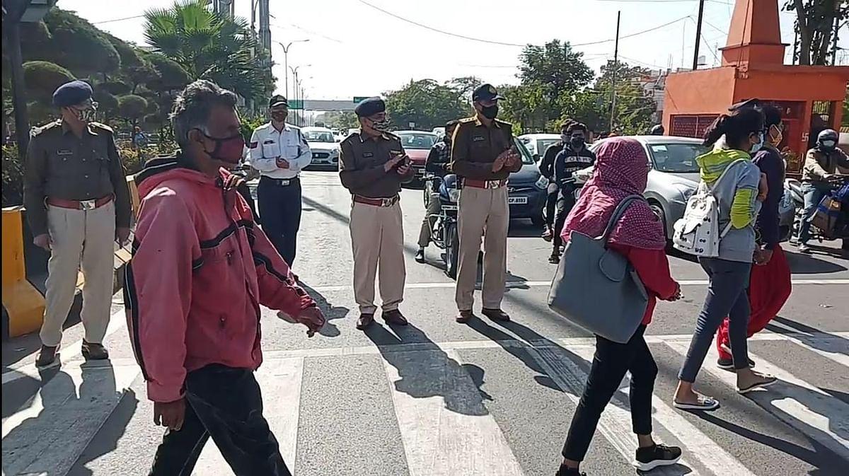 Indore: Cops clap for pedestrians using Zebra crossing