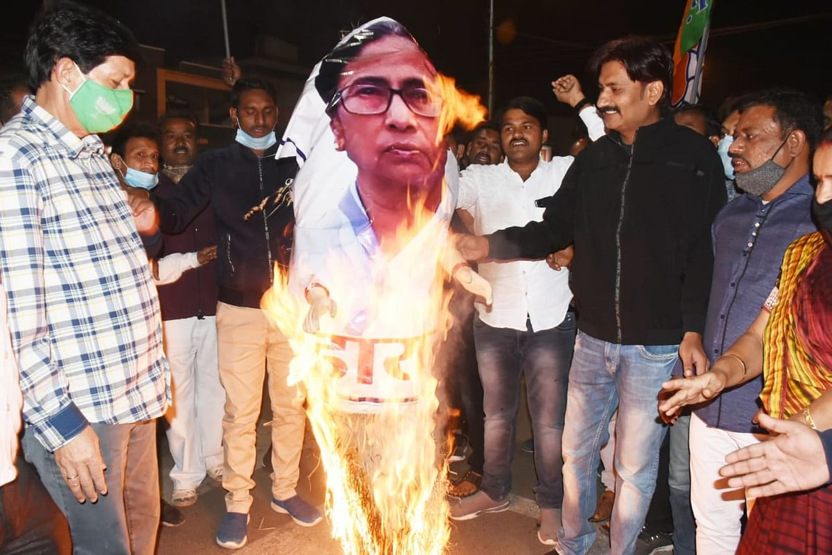 BJP workers in Indore burnt effigy of Mamta Benerjee at Rajwada in protest against the attack on the convoy of BJP National President and National General Secretary in West Bengal.