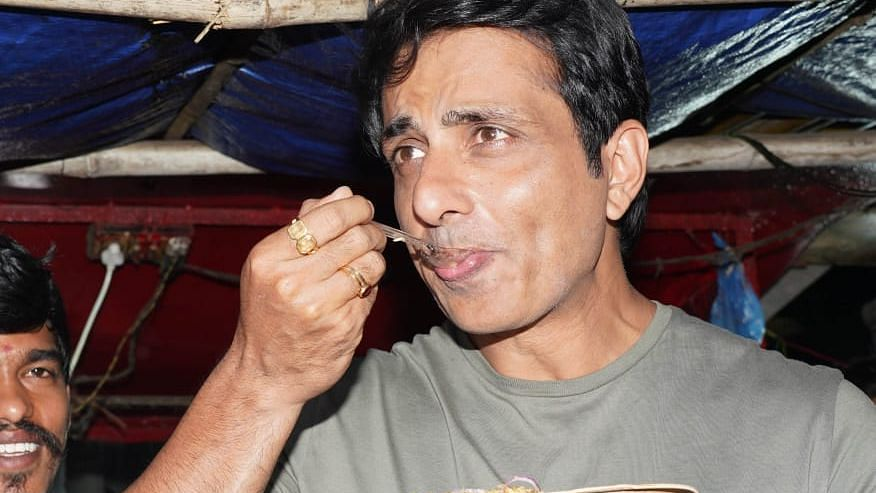 When 'Hottest Vegetarian' Sonu Sood ate egg fried rice at a fan's food stall