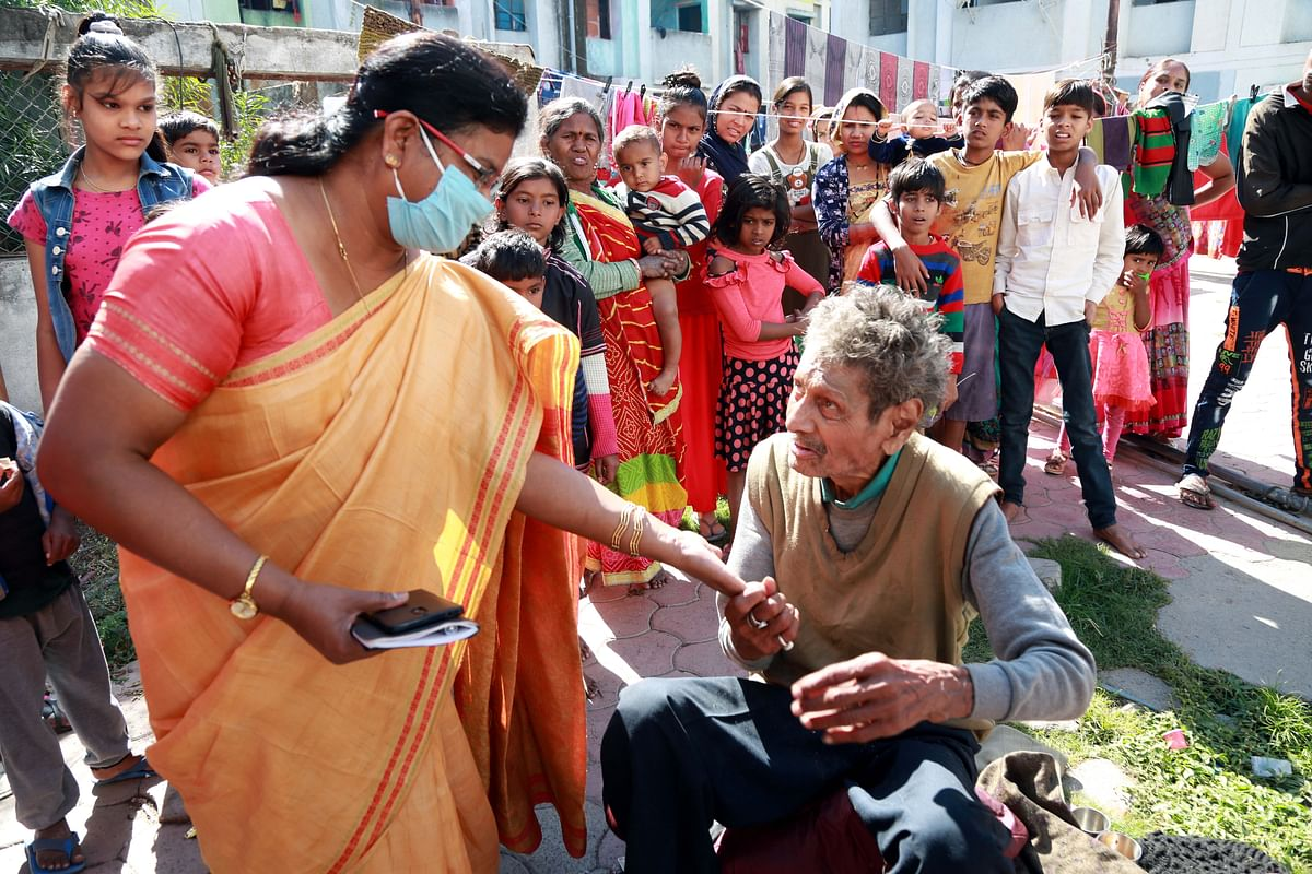 Indore: District administration helps Chatterjee Orchestra artiste living in penury