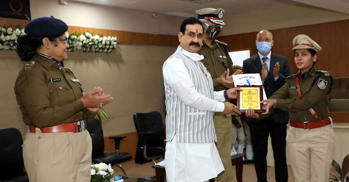 Home Minister Natottam Mishra presenting award to a police officer in Bhopal on Monday