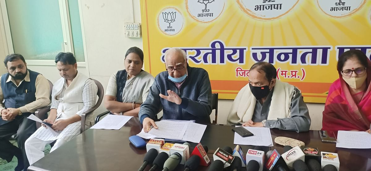 Ex-union minister Vikram Verma talking to media in Dhar on Monday evening