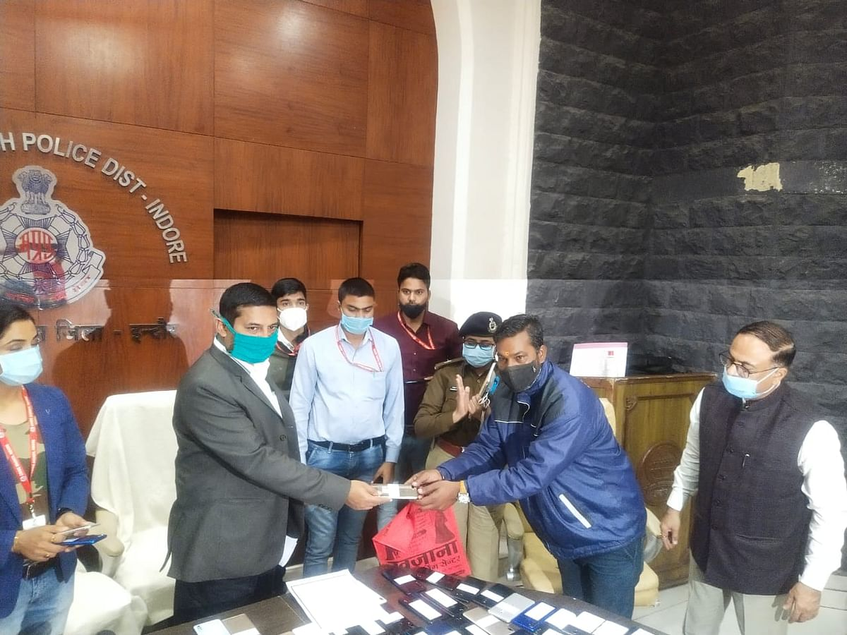 Indore: Police trace stolen mobile phones worth Rs 20L, IG hands them over to owners