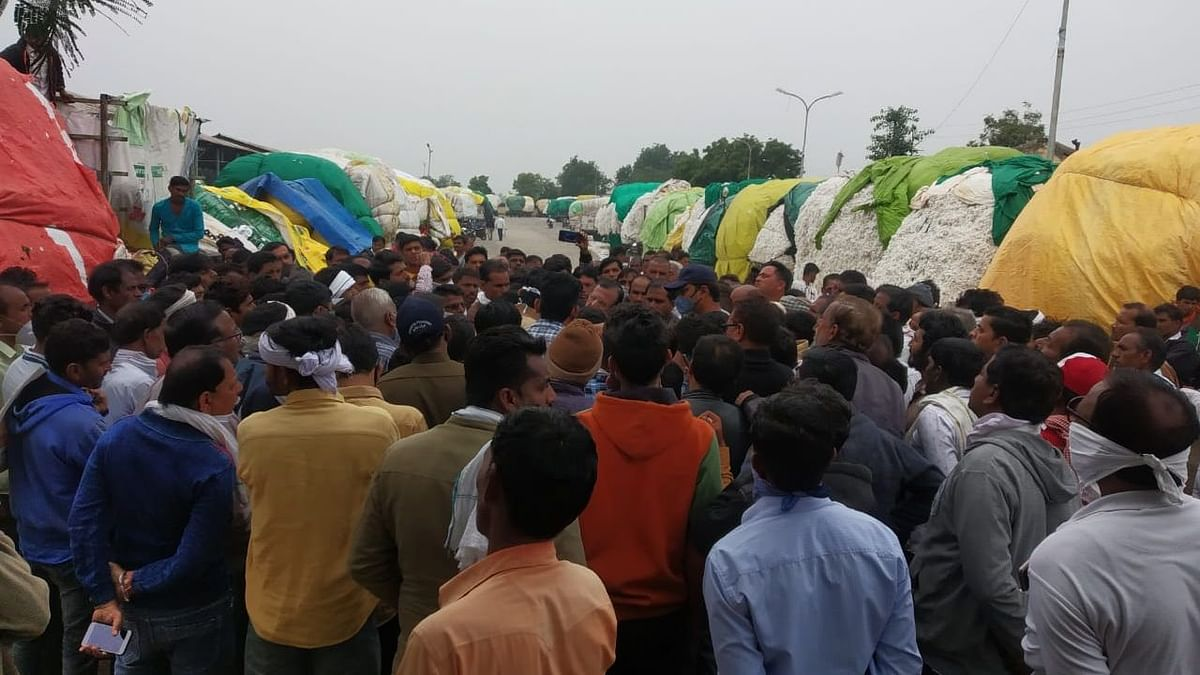 Farmers creating ruckus at Bakaner sub-mandi of Bakaner in Dhar district of Madhya Pradesh on Monday