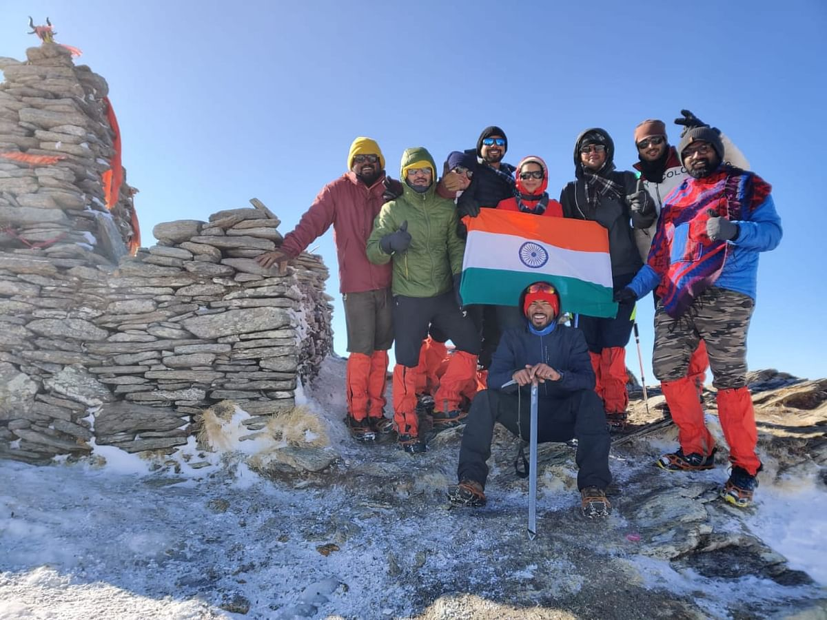Mountaineers with tricolour at Kedarkanth peak