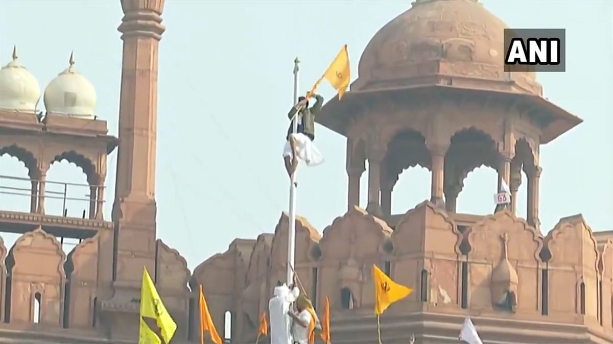 Live Updates: Protesting farmers enter Red Fort, hoist flag from ramparts