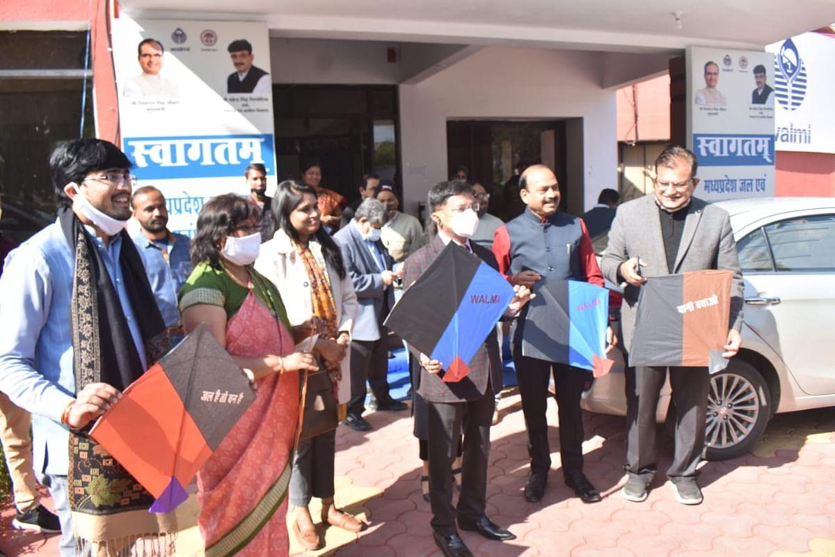 Additional chief secretary Manoj  Shrivastava (centre) at kite flying contert