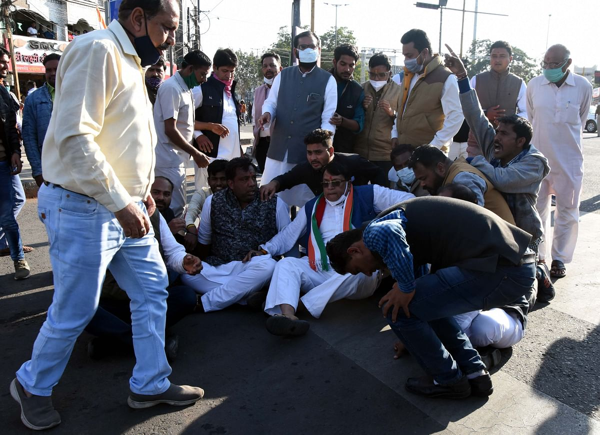 Congress workers stage road blockade at Roshanpura Square in support of farmers' agitation, on Friday.