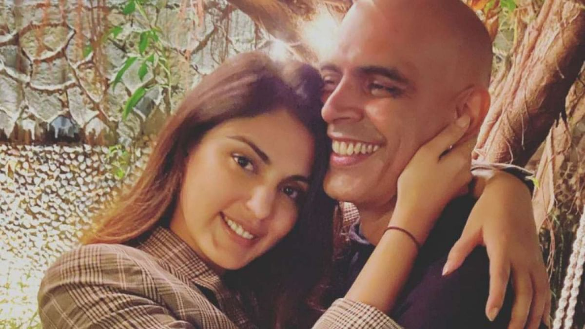 'Roadies' fame Rajiv Lakshman deletes  pics with Rhea Chakraborty after sharing it with 'irresponsible choice of words'