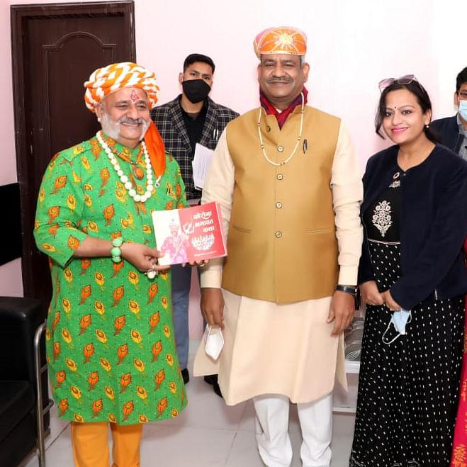 Ujjain: Lok Sabha Speaker honours Swami Muskurake