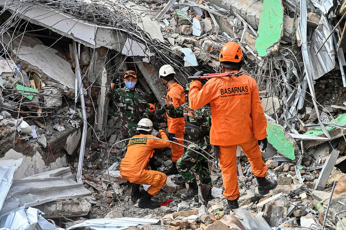 Bad roads and poor equipment hamper Indonesia earthquake rescue which killed 42 people