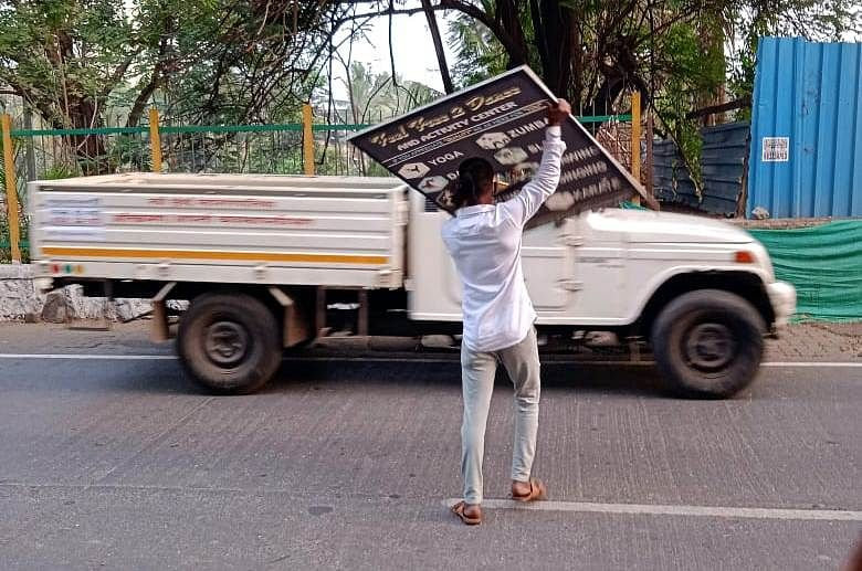 Navi Mumbai: NMMC removes abandoned vehicles, banners and hoardings from city roads