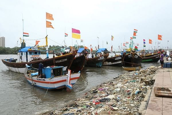 Five fishing boats damaged in high tide near Haji Ali
