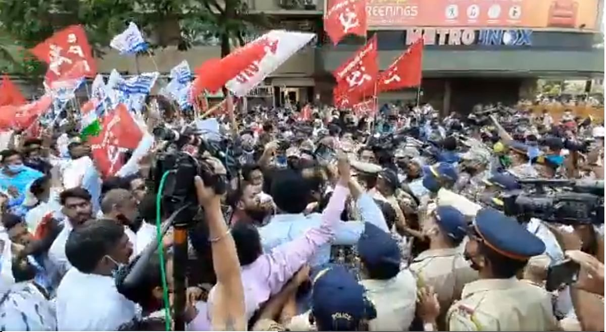 Watch: Farmers marching from Azad Maidan to Raj Bhavan stopped at Metro Cinema