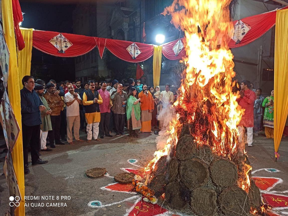 Indore: BSF, Sindhi & Punjabi community celebrate Lohri, Lal Loi