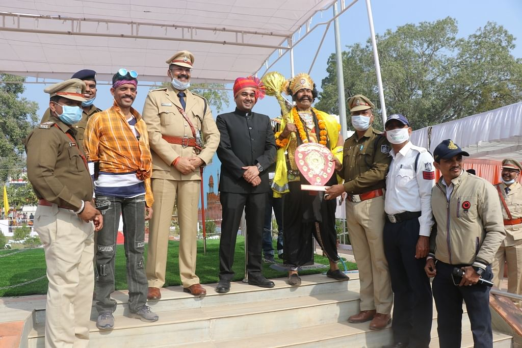 Madhya Pradesh: Government servant in Khargone feted for working sans leave