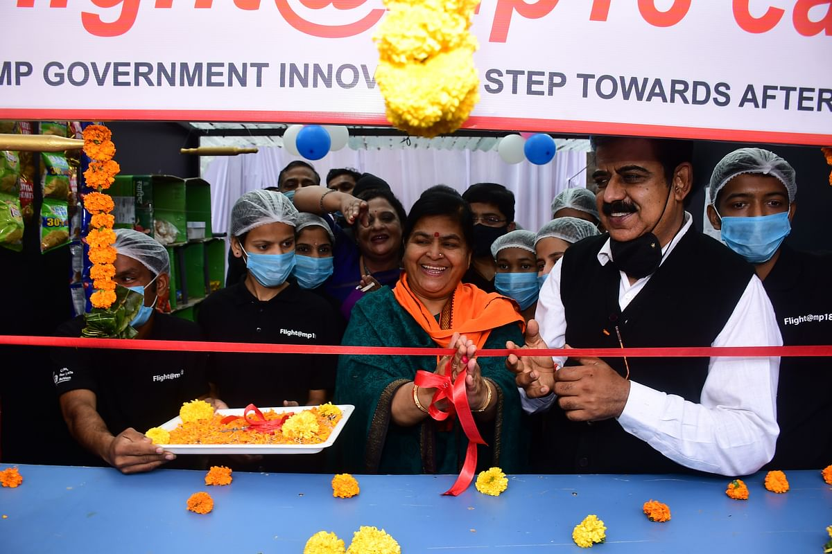 Minister Usha Thakur and MP Shankar Lalwani at the 'Flight@MP18' café set up by Women and Child Development Department to rehabilitate the girls released from Juvenile Home after the age of 18.