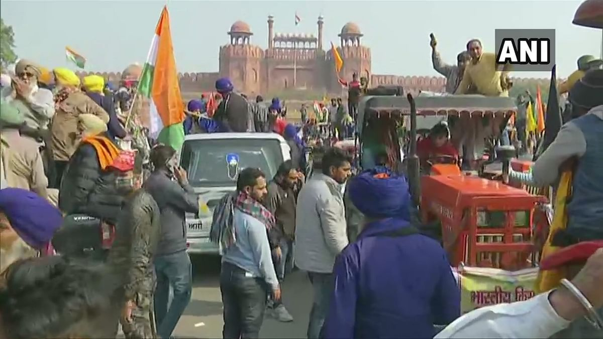 Live Updates: Protesting farmers defy pre-decided route, clash with police to reach Red Fort