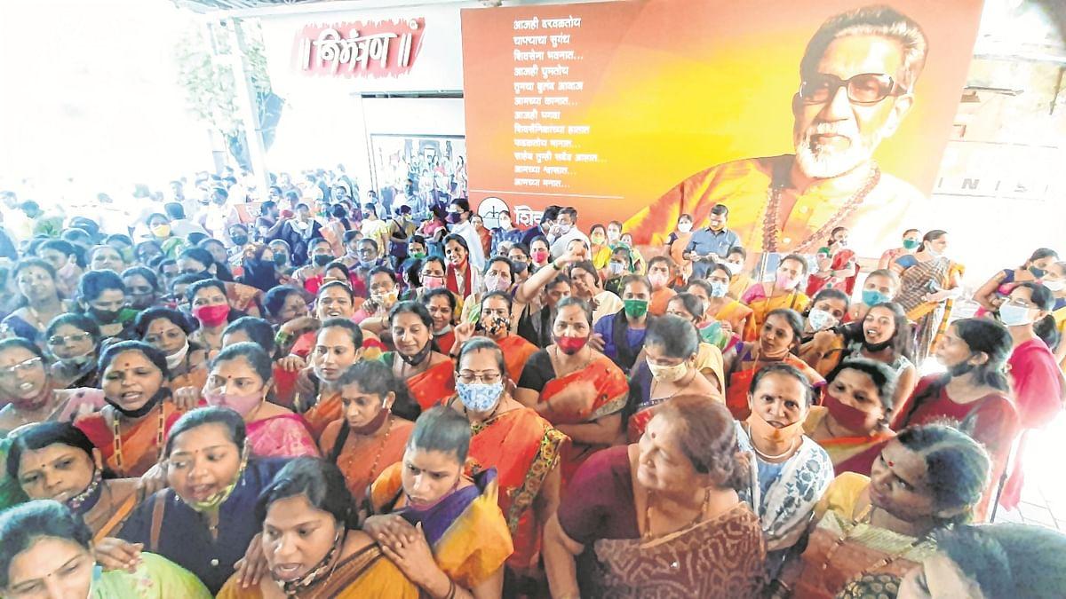 Shiv Sena women's wing protests against ED summons to Varsha Raut at Shiv Sena Bhavan, Dadar (file photo).
