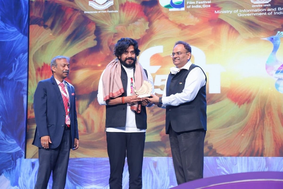 Actor and MP Ravi Kishen being felicitated at IFFI 51