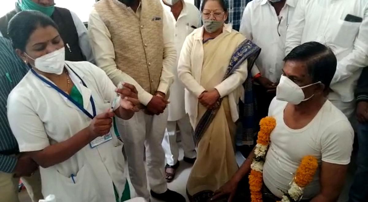 Madhya Pradesh: Sohrabrao Shankarrao Choudhary first to be vaccinated in Madhya Pradesh's last development block bordering Maharashtra