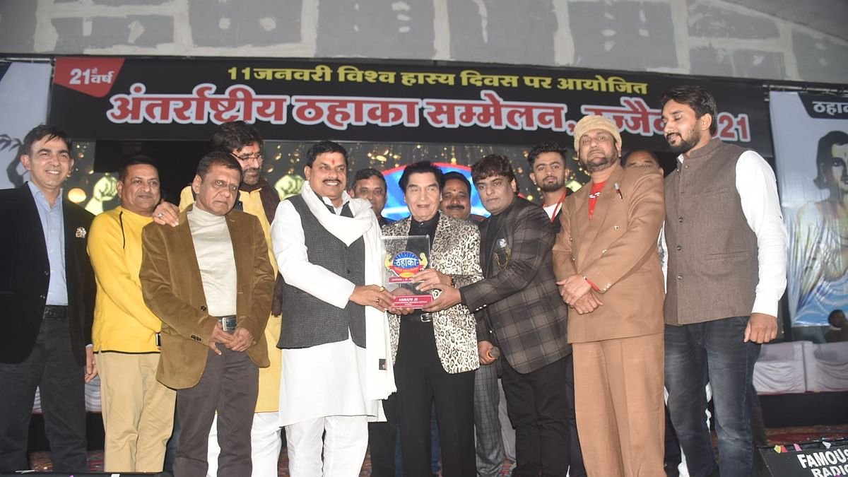 Organisers confer International Thahaka Award to Asrani