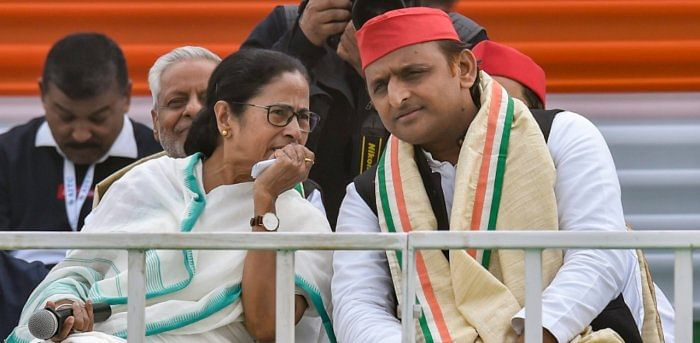 Trinamool Congress supremo Mamata Banerjee (L) and Samajwadi Party (SP) president Akhilesh Yadav.
