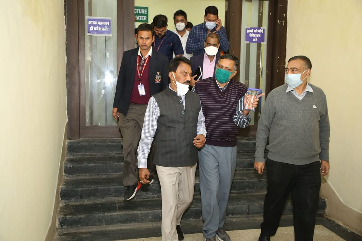 Indore: Minister Silawat inspects Covid Vaccination Center