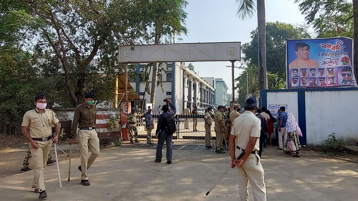 Police personnel are seen outside the district general hospital at Bhandara in the Indian state of Maharashtra on January 9, 2021. - Ten babies were killed in a maternity unit in Maharashtra early on January 9 when fire tore through a major hospital, a doctor said.