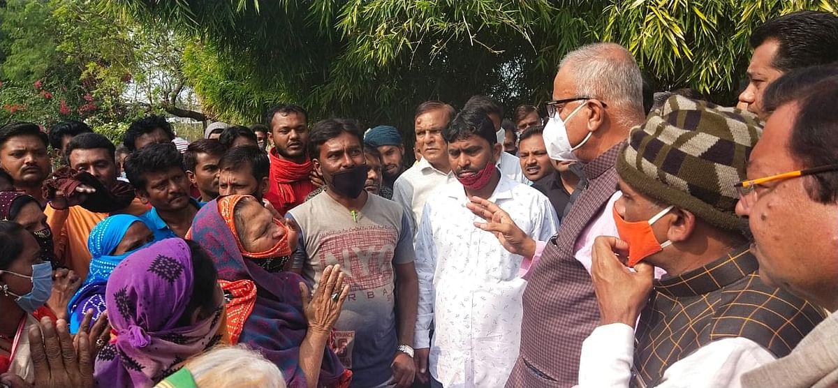 Khandwa MP Nandkumar Singh Chouhan with people residing on railway land