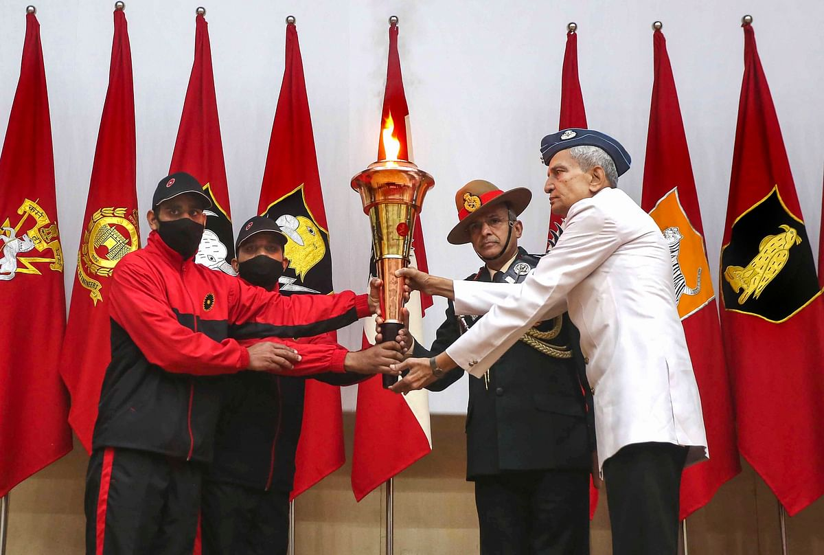 Lt Gen Atulya Solanky (2R), Sena Medal General Officer Commanding of Sudarshan Chakra Corps and Air Vice Marshal Aditya Vikram Pethia (R) along with gallantry awardees welcome the southern cardinal victory flame, commemorating the 50th anniversary of 1971-Indo-Pak war, on its arrival at Sudarshan Chakra Corps in Bhopal, on Monday