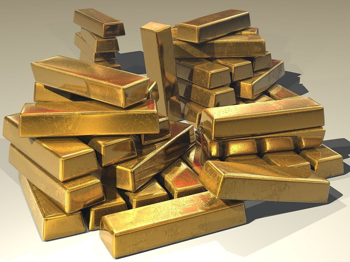 Gold prices fall slightly amid weak global cues