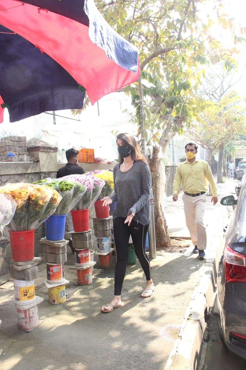 Watch: Ahead of Sushant's first birth anniversary, Rhea Chakraborty spotted buying flowers