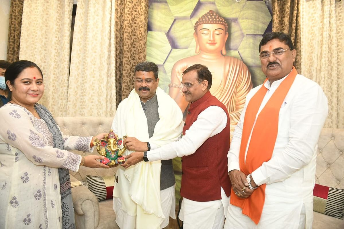 BJP state president VD Sharma and his wife welcome Union minister for petroleum Dharmendra Pradhan  after his arrival in Bhopal on Monday. Agriculture minister Kamal Patel was also present.