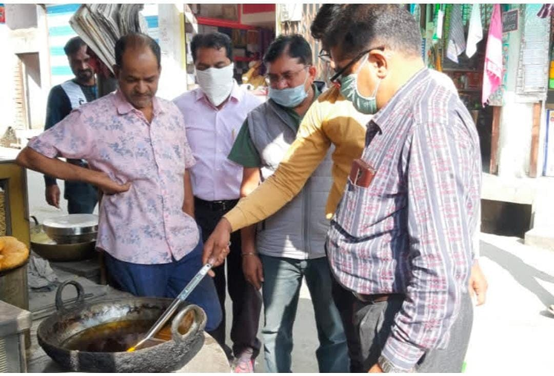 Madhya Pradesh: Mobile food testing lab team conducts surprise inspection  in Alot