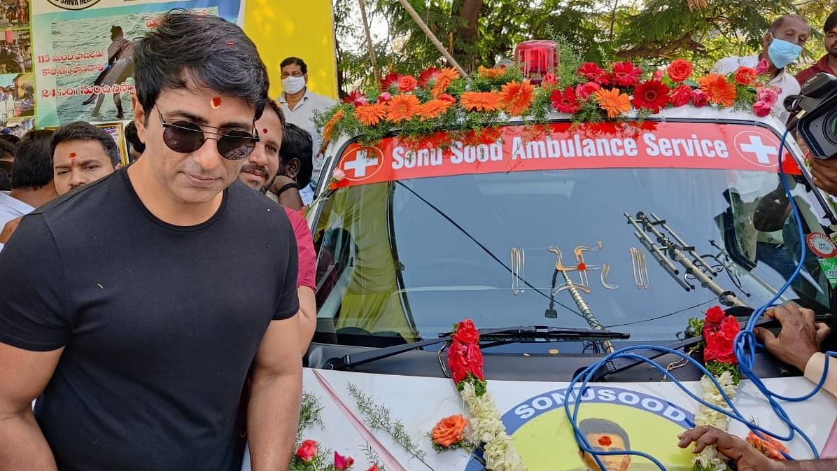 'Tank Bund Shiva', a swimmer who saved people from suicides, starts 'Sonu Sood Ambulance Service'