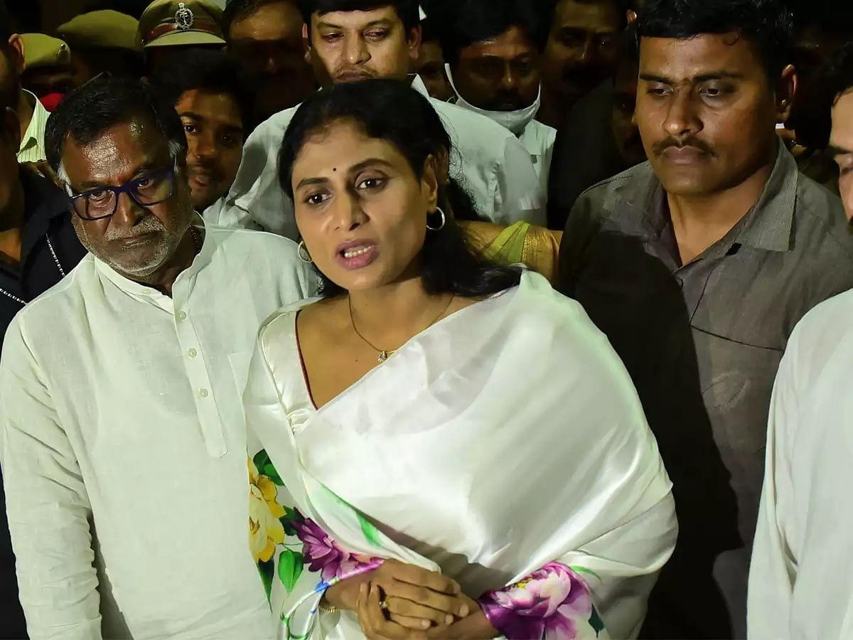 Y S Sharmila (centre)