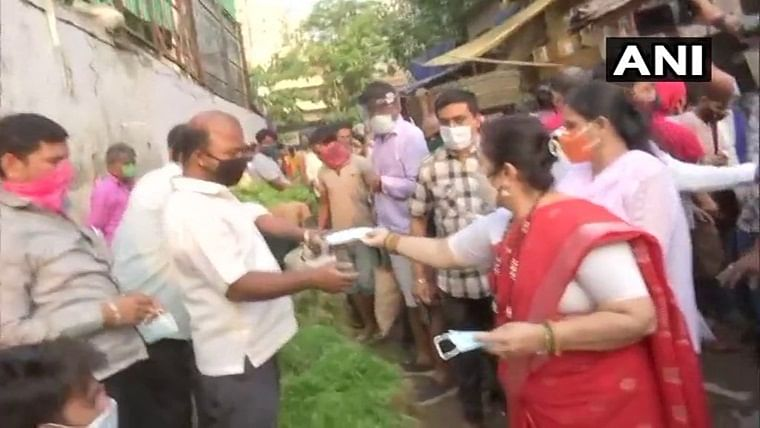 Mumbai: Request all to wear masks, maintain social distancing, says Mayor Kishori Pednekar, as she distributes masks in Dadar
