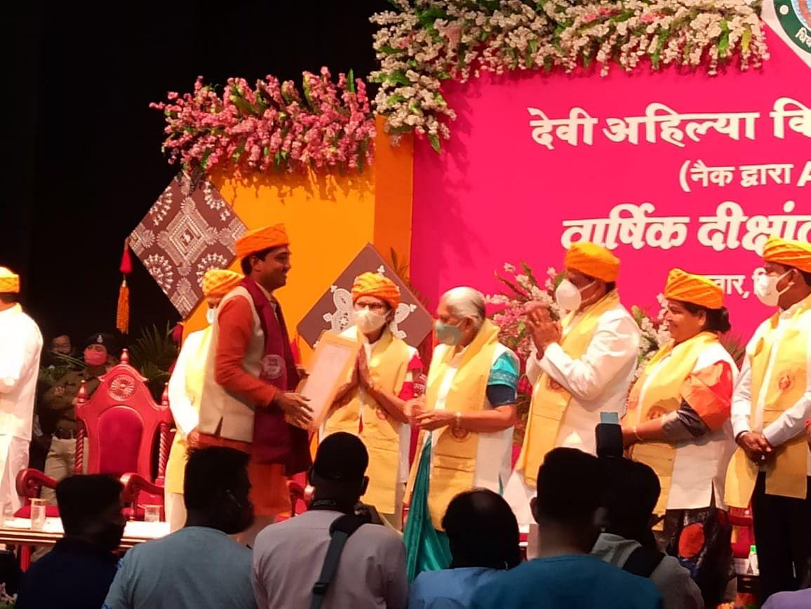INDORE: Ministers, students breach Covid protocol at convocation of Devi Ahilya Vishvavidyalaya