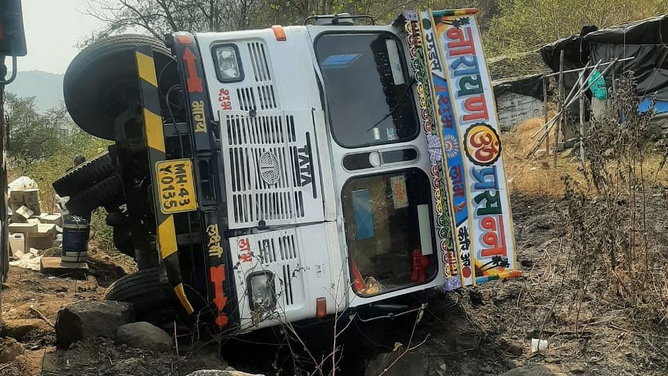 Thane: Truck loaded with cooking oil topples in brook near Mumbra, no casualties reported