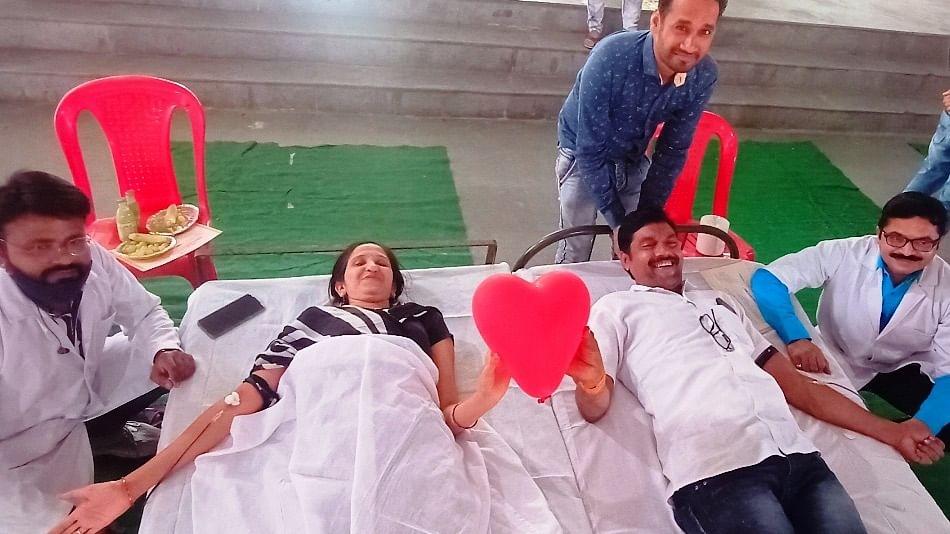 Bhikangaon: Couple celebrate Valentine's Day with lifesaving joint blood donation