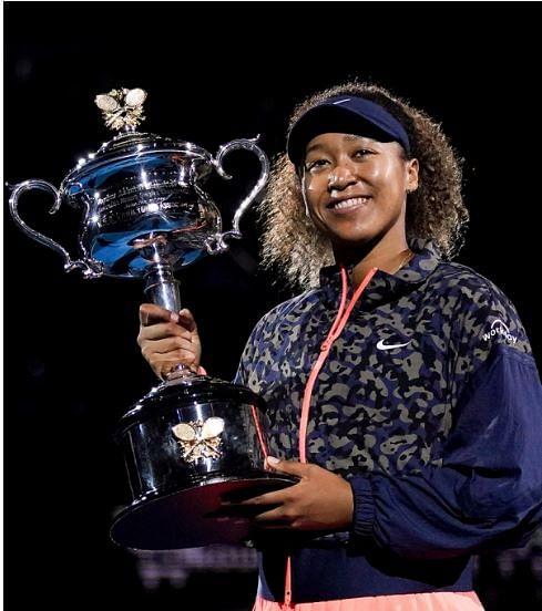 Naomi Osaka  with the Trophy